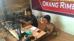Beteguh dan Betulus, penyiar Radio Benor FM dari Suku Orang Rimba. (Foto : Elvidayanty/dok. KKI Warsi)