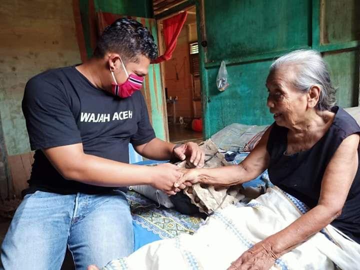 Agus Setiawan saat bersama salah seorang perempuan, asal Kecamatan Langsa Lama. (Foto: Dok. Agus Mando)