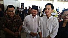 Gibran Rakabuming ketika bertemu Achmad Purnomo dalam takziah GKR Galuh Kencana, Jumat (1/11/2019)/solo.tribunnews.com.
