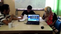 Staf KKI Warsi mengisi suara untuk dongeng Kancil dan Mergo. (Foto : Elvidayanty/dok. KKI Warsi)