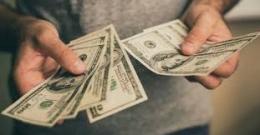 Ilustrasi meminjam uang. Sumber foto: crosswalk.com