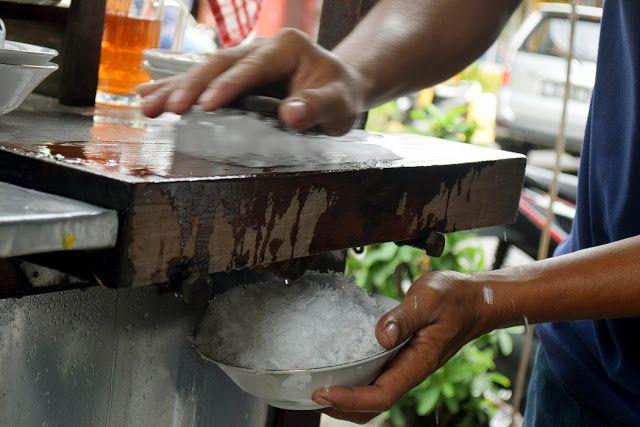 penjual es serut - http://www.relunglangit.com/2018/01/bongkar-kenangan-di-balik-gerobak-es-gosrok.html