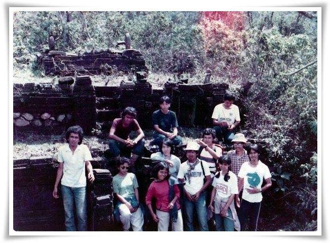 Berfoto di dekat puncak Gunung Penanggungan (Foto: Keluarga Mahasiswa Arkeologi)