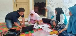 Tim Smart Gampong sedang mendampingi kader desa Dayah Nibong pada saat proses input data kependudukan ke sistem aplikasi Smart Gampong/Foto TSM