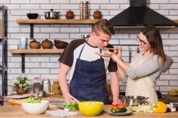 Ilustrasi pasangan yang sedang memasak bersama (Sumber: freepik.com)