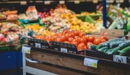 Buah dan sayuran menggunakan plastik pembungkus di pusat-pusay perbelanjaan (Gambar: majalahcsr.id)