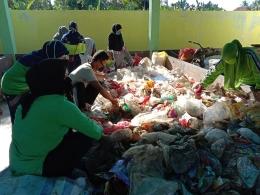 Kegiatan sortasi plastik di TPST Barakati (Gambar Burhan)