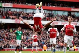 Aubameyang selebrasi salto (Foto Premierleague.com)