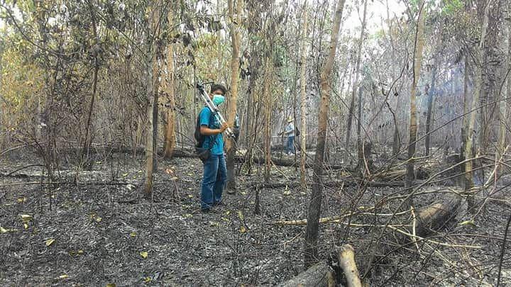 Menggunakan masker saat mendokumentasikan lahan yang terbakar. (Foto : Elvidayanty/dok.KKI Warsi)