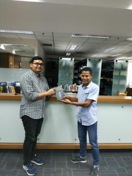 Penyerahan Buku kepada Pustakawan Universitas Pelita Harapan di Surabaya