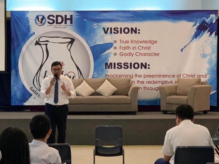 Dosen FH UPH sedang memberikan sharing asas hukum