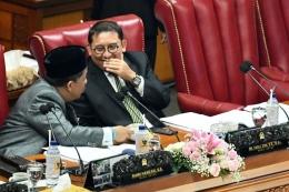 Potret Fahri Hamzah (kiri) bersama Fadli Zon (kanan) saat memimpin Rapat Paripurna DPR di Kompleks Parlemen, Senayan, Jakarta, Selasa (17/9/2019). (ANTARA FOTO/M RISYAL HIDAYAT)