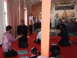 Pak Mistono wakil umat Buddha Jawa Sanyata menerima bantuan. Dokpri
