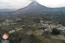 Desa Ndeskati (warna putih) dan Gunung Sinabung (dok. pribadi, 11/8/2020)