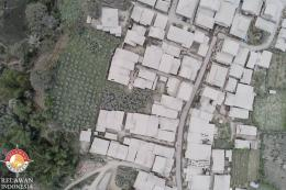 Desa Ndeskati yang memutih pasca erupsi Gunung Sinabung (dok. pribadi, 11/8/2020)