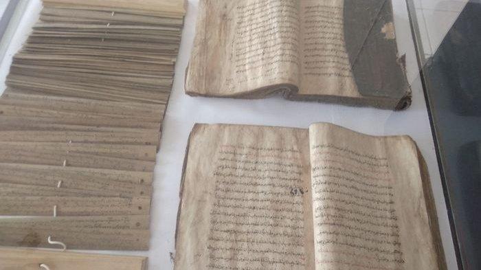 (Beberapa manuskrip yang tersimpan di Museum Pusaka Keraton Kasepuhan. Sumber: tribuncirebon.com)