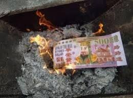 Gambar Uang-uangan Kertas (sumber: trippingunicorn.com)