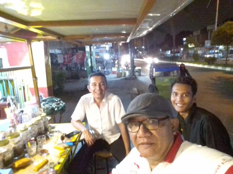 Bersama pelanggan di tengah malam Kota Medan situasi saat ini (Dokpri 2020)