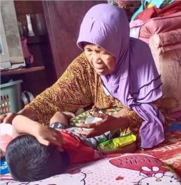 - Anak adik Kurnia yang berkebutuhan khusus, bersama neneknya, Inun. (Dok. Istimewa)