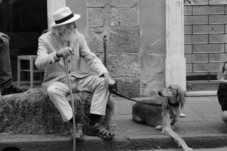 ilustrasi kakek tua dan anjingnya. (sumber foto: Unsplash.com/Mandy Henry)