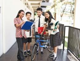 Photo : Interaksi Murid - Guru SMP Citra Berkat CitraLand, Surabaya/ Doc. pribadi