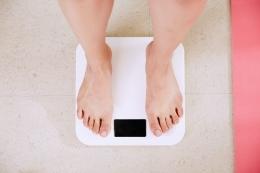 Memerhatikan berat badan. (sumber: https://unsplash.com/@yunmai)