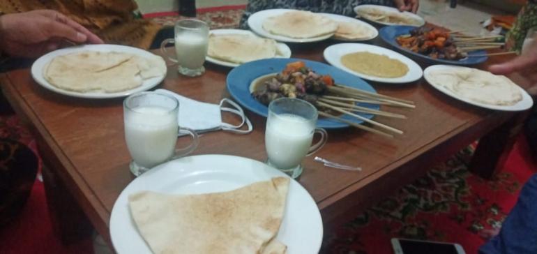 Roti Mesin dan Sate Kambing ( Dok Azam)