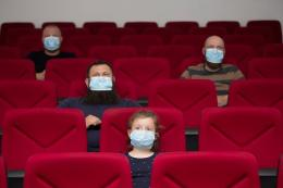 Ilustrasi menonton film di tengah pandemi virus corona. (Sumber : Shutterstock/Melinda Nagy via Kompas.com)