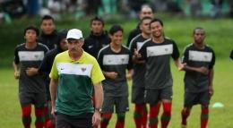 Alfred Riedl ketika memimpin salah satu sesi latihan timnas senior pada gelaran Piala AFF 2010. | foto: Sindo via okezone.com