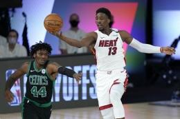Pemain Miami Heat, Bam Adebayo (13), menguasai bola sementara pemain Boston Celtics, Robert Williams III (44), berusaha merebut saat gim 1 Final Wilayah Timur Playoff NBA di Lake Buena Vista, Selasa (15/9/2020) waktu setempat atau Rabu (16/9/2020) WIB. (AP PHOTO/MARK J. TERRILL via kompas.id)