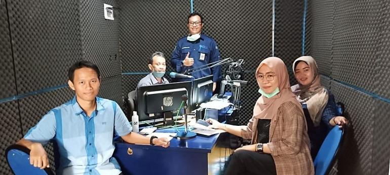 Yayuk Hartini duduk di sisi kanan depan saat siaran pendidikan di Radio Suara Banjar. Sumber foto: https://kalimantanpost.com