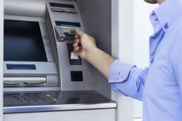Ilustrasi nasabah sedang menggunakan mesin ATM  Sumber: Thinkstock via Kompas.com