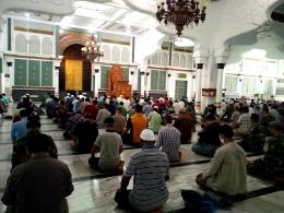 Shalat Berjamaah di Masjid Raya Baiturrahman Banda Aceh dengan Jaga Jarak dan Wajib Pakai Masker (doc Pribadi)
