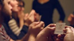Biasanya si pemegang kartu akan menjadi sosok tertentu untuk menutupi isi kartu yang sedang dipegang/dimainkan. Gambar: Playwerewolf.co