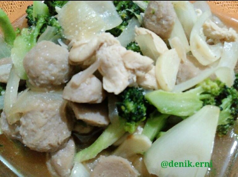 Sayur Brokoli Ayam Baso Saus Tiram (dokpri)
