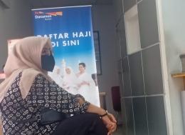 Nunggu antrian pendaftaran tabungan haji Danamon (foto Fifi SHN)