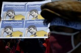 ilustrasi: Sejumlah buruh dan mahasiswa yang tergabung dalam Front Perjuangan Rakyat (FPR) berunjuk rasa, di depan kantor DPRD Sulsel, Makassar, Sulawesi Selatan, Selasa (6/10/2020). (ANTARA FOTO/ABRIAWAN ABHE via kompas.com)