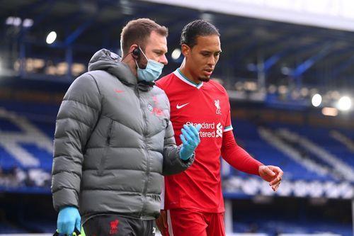 Virgil van Dijk harus menepi dalam beberapa laga Liverpool karena harus operasi cedera lututnya (Foto Premierleague.com)