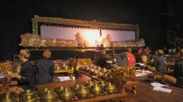 Wayang dimainkan oleh dalang, didukung oleh nayaga, waranggana, dan seniman lainnya.   Dokpri