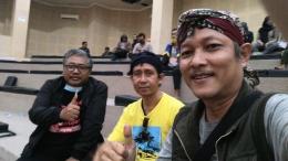 Dari kiri: Bp. Jarot Setyoko (Ketua Dewan Kesenian Banyumas, Bp. Bambang Barata Aji (Ketua Pepadi Korwil Banyumas), dan penulis.   Dokpri.