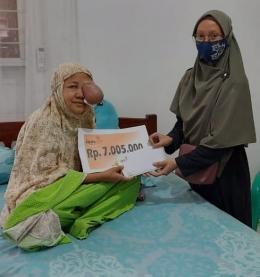 Desiyanti menerima bantuan uang tunai dari LAZISMU Kota Langsa, Dok LAZISMU