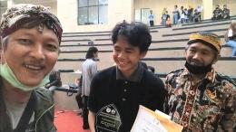 Dalang Muda Antonius Boma Sotya (tengah) didampingi Bp. Nuryanto (kanan) dari Pepadi Kab. Cilacap, dan penulis (kiri).   Dokpri.
