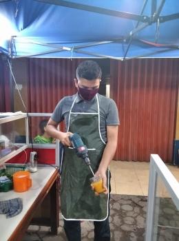 Boh Manok weng di racik dengan menggunakan peralatan sederhana (dok: ray iskandar)
