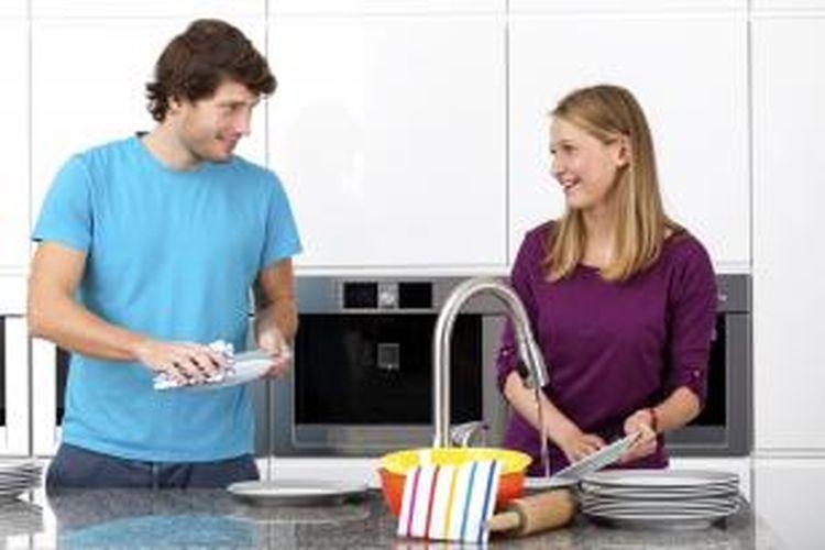 Ilustrasi : Suami istri mengerjakan pekerjaan rumah tangga bersama-sama (kompas.com)