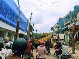 Truk pengangkut material menutup jalan di Labuan Bajo. (foto: Alex Zulfikar)