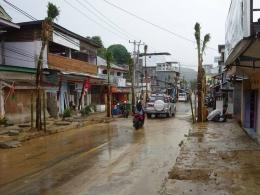Kondisi jalanan di Labuan Bajo setelah hujan. (foto: Twitter @Travelfish)