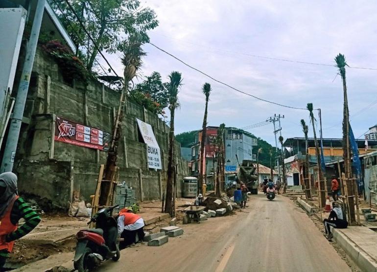 Kondisi jalan di area pelabuhan Labuan Bajo. (foto: Alex Zulfikar)