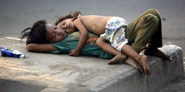 Dua anak jalanan tertidur pulas di trotoar perempatan Jalan Gelora, Jakarta. Foto yang diabadikan oleh fotografer Kompas Alif Ichwan ini menjadi foto yang ditampilkan di pameran foto Unpublished di Bentara Budaya Jakarta, 6-12 Februari 2017.(KOMPAS / ALIF ICHWAN)