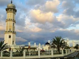 Menara tinggi menjulang ciri khas bangunan masjid (Dokpri)