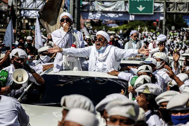 Pemimpin FPI, Habib Rizieq Shihab di tengah Massa FPI (kompas.com)